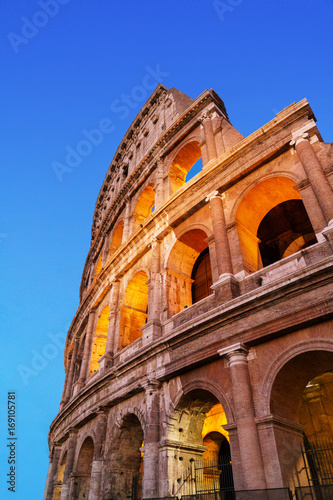 Papiers peints Rome Colosseum at night vertical photo