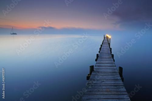 Fotobehang Bruggen Herbst am See, Nebel in den Morgenstunden