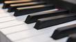 Dettaglio dei tasti di un pianoforte antico ma ristrutturato e rimesso a nuovo. La tastiera è composta da 88 tasti, di colore bianco e nero, sui quali si riflettono i colori caldi del tramonto.