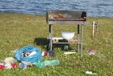 Müll auf einer Wiese nach einer Party - 169296781
