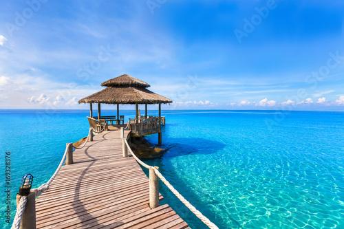 Pięknego lata tropikalnej plaży krajobraz, drewniany molo, turkusowa woda morska