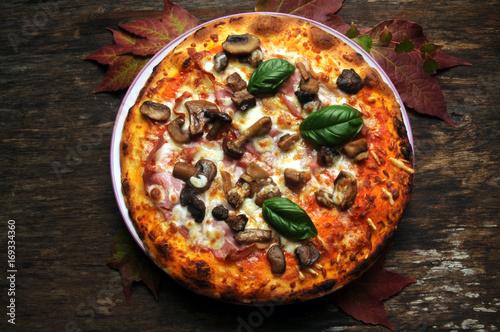 Papiers peints Pizzeria Pizza ai funghi mit pilzen with mushrooms z grzybami キノコ付きピザ med con champiñones sopp Пица са печуркама ب، الفطر