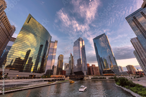 Fotobehang Chicago Chicago downtown and Chicago River with bridges during sunset.