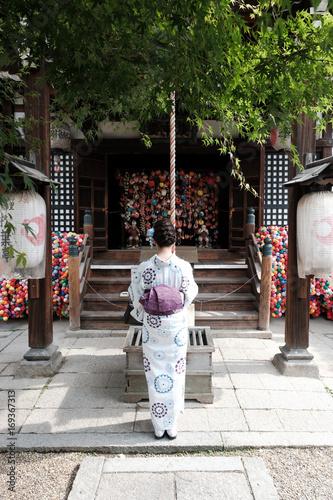 Aluminium Kyoto 京都の神社でお参りする着物の女性