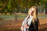 junge blonde Frau genießt die Herbstsonne