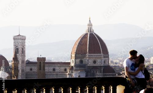 Papiers peints Florence Italia,Toscana, Firenze, una coppia si bacia a Piazzale Michelangelo,con lo sfondo della cattedrale e del campanile di Giotto.