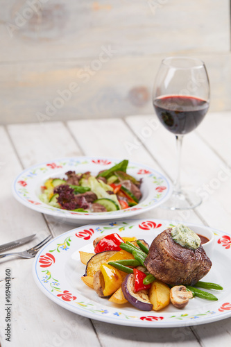 Foto op Plexiglas Steakhouse steak with vegetables