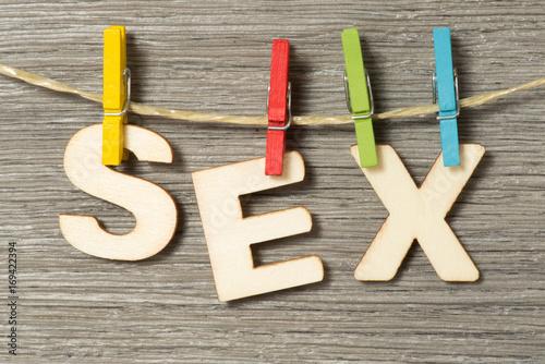 Wäscheleine, Wäscheklammer und das Wort Sex - 169422394