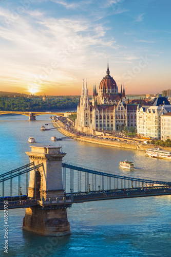Papiers peints Budapest Beautiful view of the Hungarian Parliament and the chain bridge in Budapest, Hungary