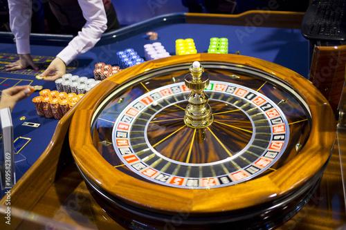 Aluminium Las Vegas Wooden Roulette table in casino chips