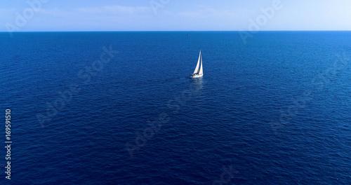żaglówka na morzu, na hiszpańskim wybrzeżu