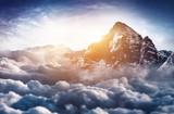 Traumhafter Berggipfel hoch über dem Wolkenmeer