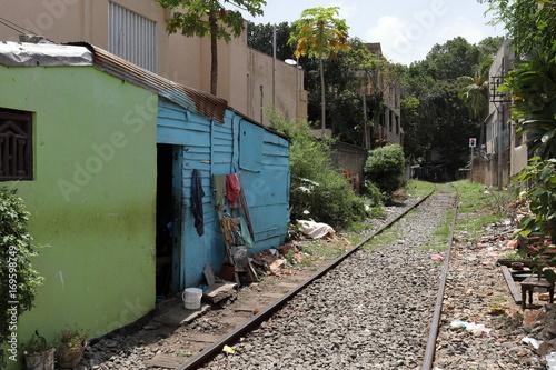 Papiers peints Voies ferrées Häuser direkt an der Bahnstrecker in Colombo