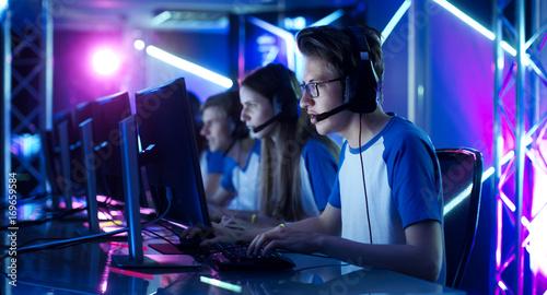 Zespół nastoletnich graczy Zagraj w grę komputerową dla wielu graczy na internetowym turnieju eSport. Kapitan daje polecenia do mikrofonu, strategicznie próbując wygrać grę.