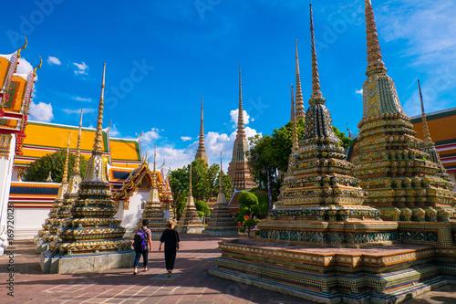 Papiers peints Bangkok Tourists is sightseeing around Wat Pho in Bangkok, Thailand.