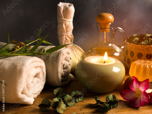 In de dag Spa Spa massage items in candlelight,herb,aroma oil and towel.