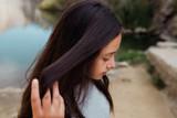 chica adolescente se aparta el pelo largo