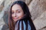 chica adolescente sonríe