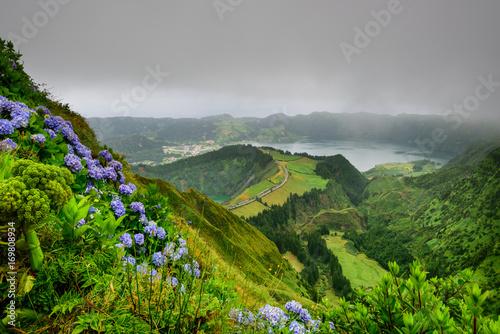 Fotobehang Donkergrijs Açores maravilha da natureza. Paisagem deslumbrante com vista panoramica para a Lagoa das Sete Cidades na ilha de São Miguel