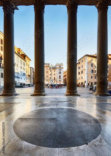 Pantheon, Roma. Piazza della Rotonda vista dal colonnato Poster
