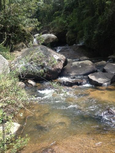 Foto op Plexiglas Rio de Janeiro percurso de um rio com pedras na natureza