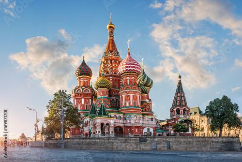 Papiers peints Moscou Облака на синем небе над Собором clouds in the blue sky over Cathedral