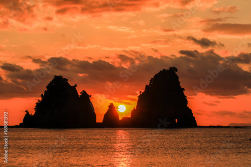 In de dag Oranje eclat 南伊豆蓑かけ岩の日の出