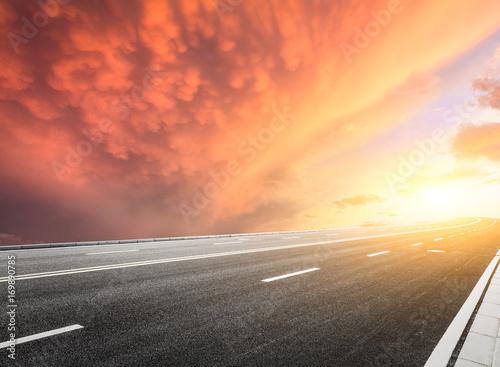 Papiers peints Corail Asphalt road and beautiful sky landscape at sunset