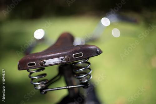 Foto op Plexiglas Fiets Vintage Fahrradsattel, Nachhaltige Mobilität