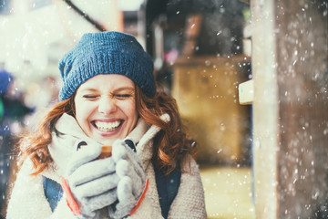 schöne Frau mit Tee heiß im Winter