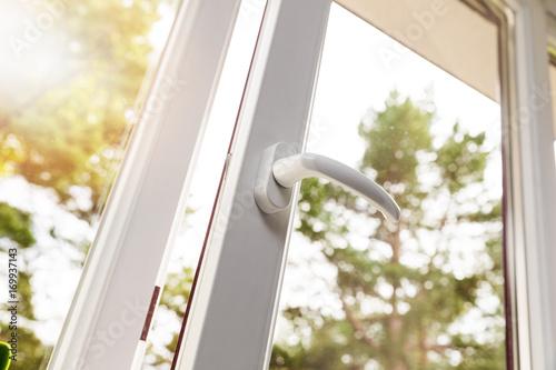 otwarte białe plastikowe okienko pcv