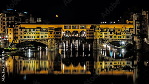 Fotobehang Florence Night vie of Ponte Vecchio, ancient bridge over Arno river in Florence, Italy