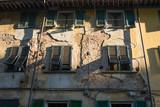 Facciata casa con mura danneggiate, abbandono rovina - 170023525