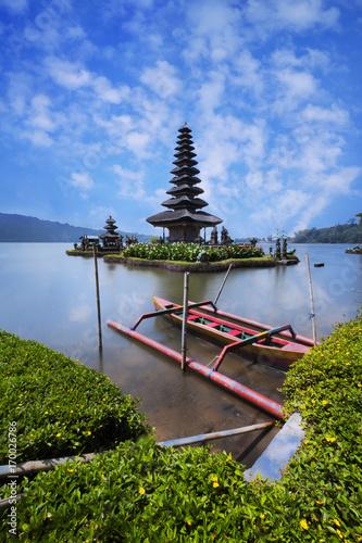Papiers peints Bali Pura Ulun Danu Brantan temple in a lake, Bali