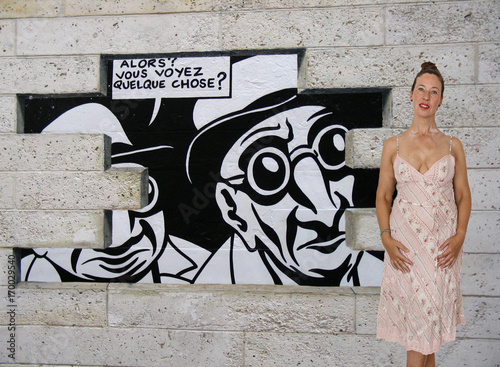Papiers peints Graffiti woman in front of the wall-So, you see something?
