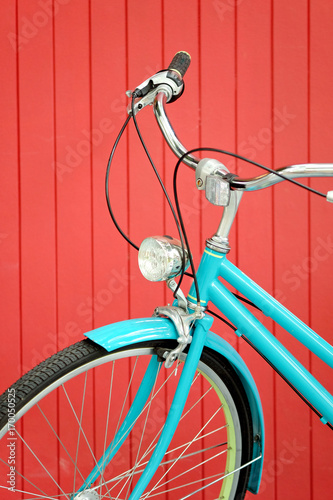 Foto op Plexiglas Fiets retro bicycle in front of the red wall background