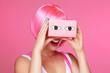 femme sexy avec perruque rose regardant dans  une boîte de réalité virtuelle