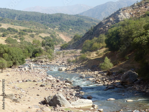 Fotobehang Bergrivier Un fiume che scorre nelle montagne dei Tien Shan in Uzbekistan