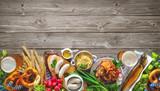 Bier, Schweinshaxe, Sauerkraut, Weißwurst und andere bayerische Spezialitäten. Oktoberfest