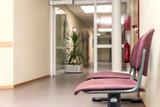 Warteraum leer für Arztpraxis oder Amt, Stühle zum warten - 170125560