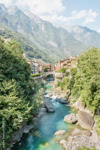 Fotobehang Bergrivier Dorf in Italien in den Bergen mit Fluss
