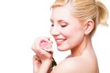 attraktive blonde Frau mit Rose vor weißem Hintergrund