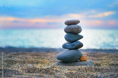 Fotobehang Zen Stenen Stones laid out in the form of a pyramid on the seashore