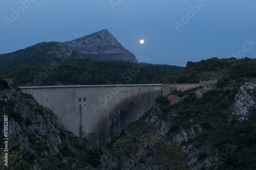 Papiers peints Gris traffic phenomenon of perigee-syzygia - or Super Moon - on the massif of Sainte-Victoire in Provence, August 10, 2014