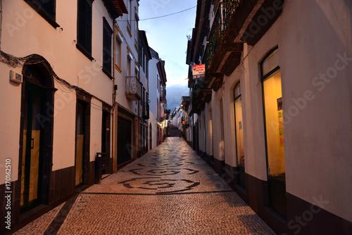 Fotobehang Smalle straatjes Altstadt Ponta Delgada in der Nacht