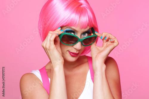 femme sexy et glamour avec perruque rose  - 170171773