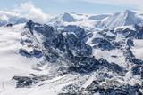 montagnes des Alpes couvertes de neiges sous un ciel bleu