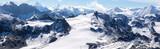 panorama sur les chaines de montagnes enneigées des Alpes suisses