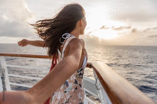 Rejs wakacje kobieta podróży cieszyć się wolnością. Wakacyjny turysta z otwartymi ramionami przed łódką czuje się beztrosko w tropikalnym wietrze.