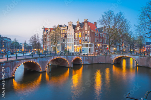 Papiers peints Amsterdam Amsterdam city at night with dutch old buildings in Netherlands